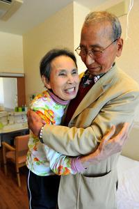 特別養護老人ホームで暮らす伊藤金子さん(左)を訪ねた夫の新次郎さん=3月28日、愛知県岡崎市、相場郁朗撮影