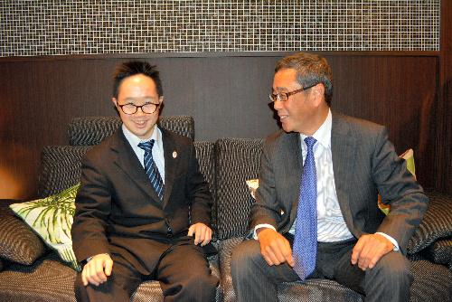 仕事帰り、父親の会社に寄ったあべけん太さん(左)=東京都港区