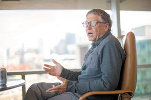 インタビューに応じるビル・ゲイツ氏=シアトル、ジョン・ロック氏撮影