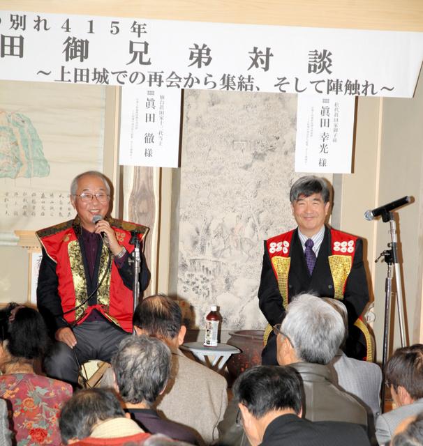 初めて顔を合わせ、真田一族について語る真田徹さん(左)と真田幸光さん=上田市の真田神社