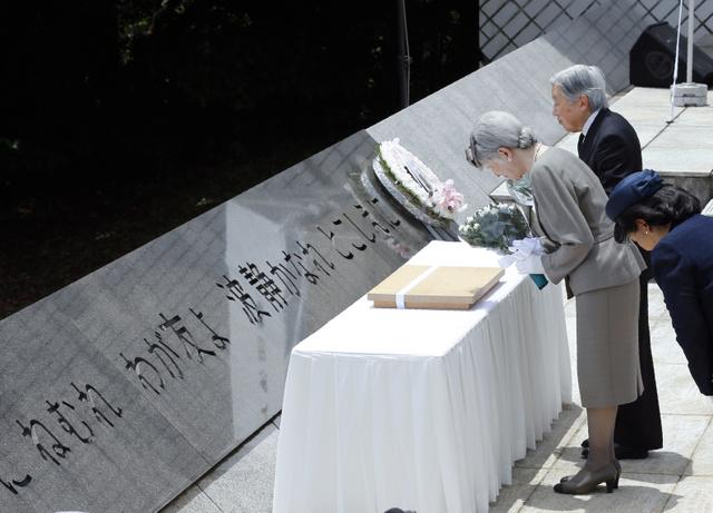 「戦没船員の碑」で供花する天皇、皇后両陛下=6月10日、神奈川県横須賀市の観音崎公園