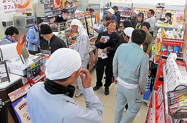 作業員らが次々にやってくる、ローソン浪江町役場前店=11月18日正午過ぎ、福島県浪江町幾世橋