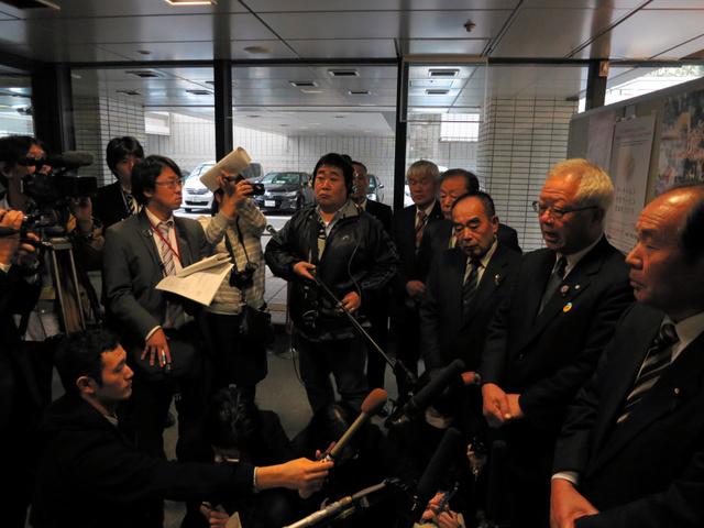 環境省側に面会を拒否された後、報道陣の取材に応じた見形和久町長(右から2人目)=東京都千代田区