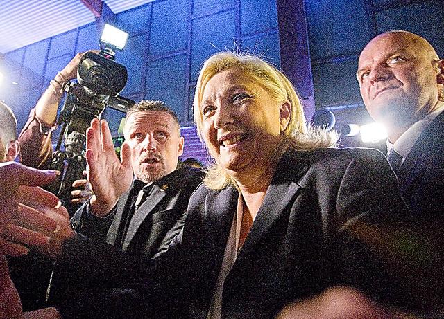 仏北部エナンボモンで6日、地域圏議会選挙の第1回投票の後に声明を出す国民戦線のマリーヌ・ルペン党首=AP