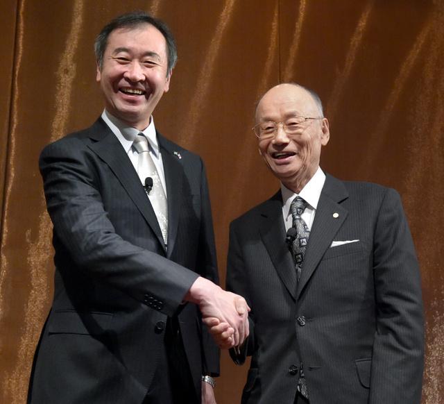 記者会見で握手する大村智さん(右)と梶田隆章さん=8日午後1時30分、スウェーデン・ストックホルム、竹花徹朗撮影