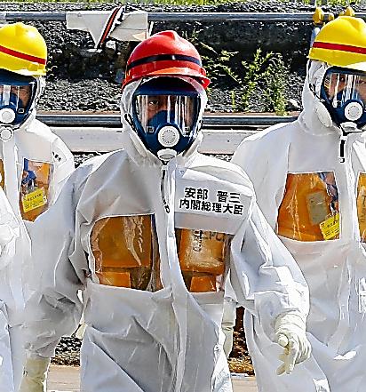 福島第一原発を視察する安倍首相=2013年9月、福島県大熊町