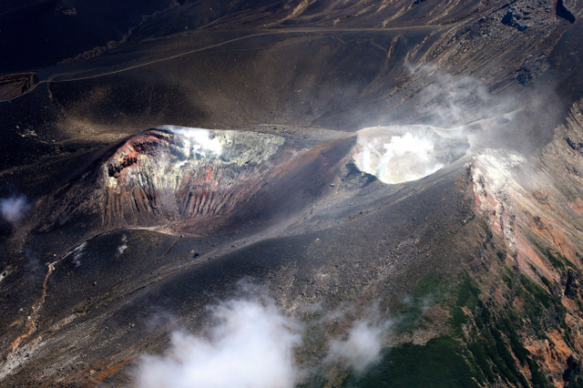 噴煙をあげる十勝岳=8月25日、朝日新聞社機から、堀英治撮影