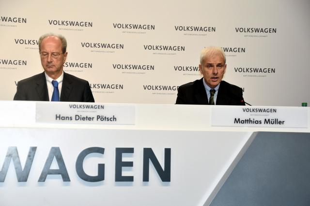 記者会見するマティアス・ミュラー最高経営責任者(右)とハンス・ディーター・ペッチュ監査役会長=独ウォルフスブルク