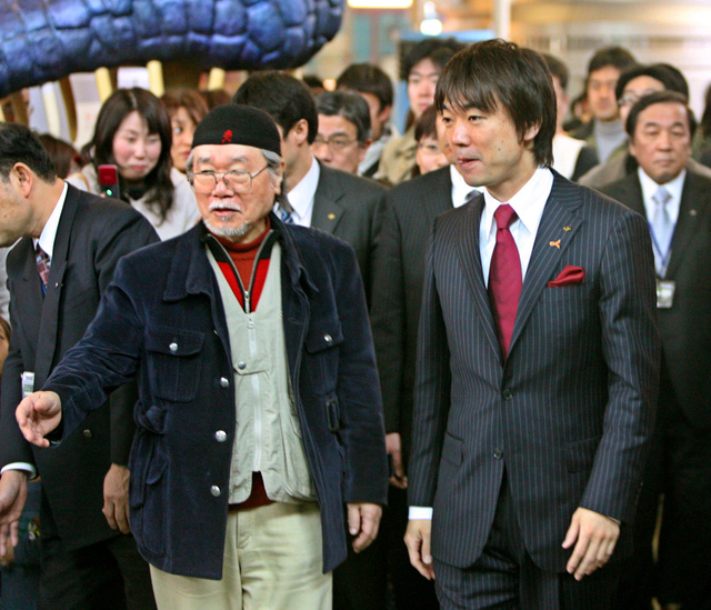 松本零士さんの案内でビッグバン館内を見学する橋下徹知事=2008年2月23日、堺市南区