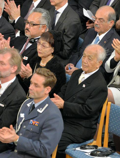 日本の被爆者を代表してノーベル平和賞の授賞式に出席した広島市の岡田恵美子さん(中央)と長崎市の築城昭平さん(右)=オスロ、渡辺志帆撮影