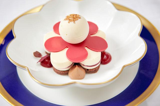 【デザート】コーヒーとアーモンド風味の桜の花をイメージしたデザート=(C)Nobel Media AB 2015 Photo: Dan Lepp.