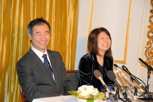 授賞式から一夜明け、会見する梶田隆章さんと妻の美智子さん=ストックホルム市内、伊藤綾撮影