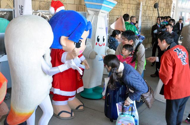 特急列車を降りた客を出迎える函館市や北斗市などのご当地キャラたち=JR函館駅