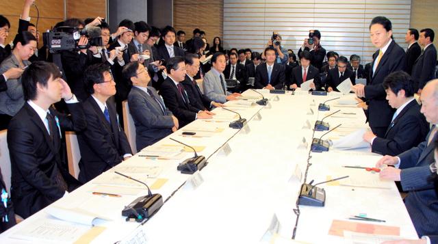 民主党政権の地域主権戦略会議であいさつする鳩山首相(当時)。橋下氏(左手前)もメンバーに招かれた=2009年12月14日