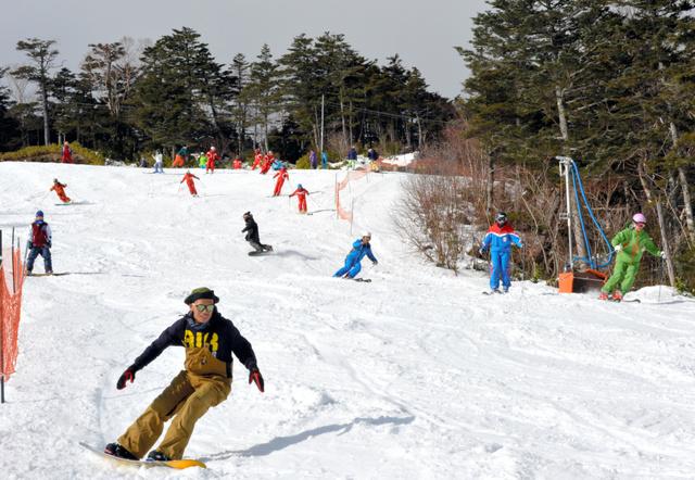 思い思いのシュプールを描くスノーボーダーやスキーヤーたち=王滝村のおんたけ2240スキー場