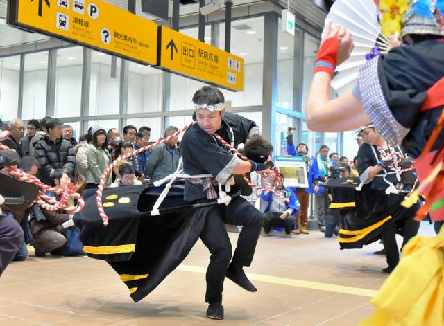 奥津軽いまべつ駅のコンコースでは今別町の伝統芸能「荒馬」が披露された=今別町
