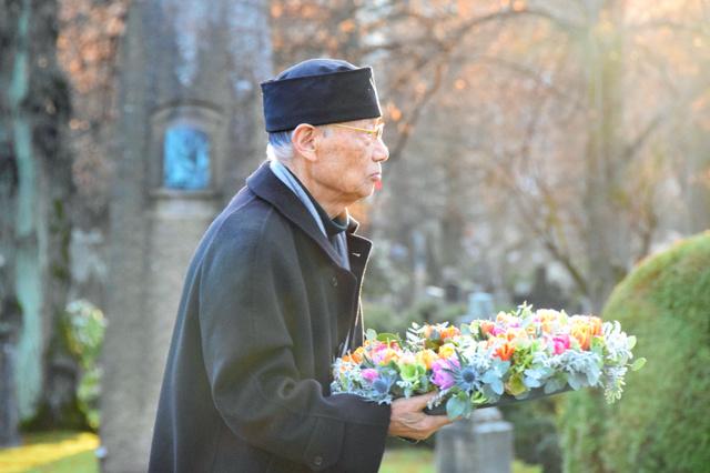 ノーベルの墓に花を供える大村智さん=ストックホルム市内、伊藤綾撮影