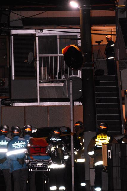 立てこもりの現場近くには救急隊員らが集まった=14日午前2時4分、神奈川県大和市林間2丁目、興野優平撮影