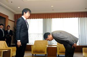 バス運転手の無断職場離脱問題で大阪市労連委員長(右)の謝罪を受ける橋下徹市長=2012年1月4日、大阪市役所