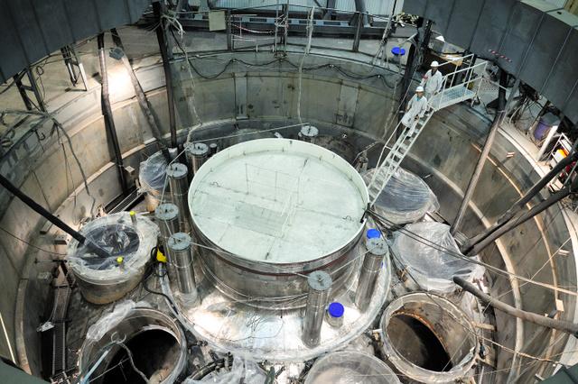 建設中の新型高速増殖炉BN800の内部。タンク状の原子炉本体に冷却材の金属ナトリウムが満たされる=ベロヤルスク原発提供