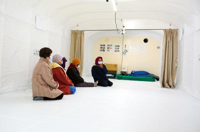 避難訓練でシェルターに入る島民たち=11月28日、佐賀県唐津市の加唐島、浜田祥太郎撮影
