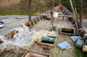 甲板に残されていた漁網=石川県輪島市門前町鹿磯の鹿磯漁港