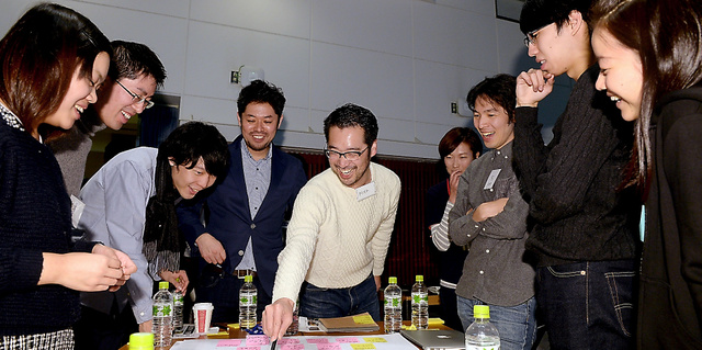 ふせんを使いながらアイデアを出し合う参加者ら=6日午前、東京都港区、角野貴之撮影