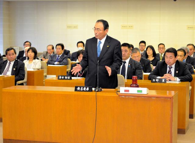県議会の全員協議会で高浜原発3、4号機について「再稼働を判断する時期だ」と述べる自民党県政会の山岸猛夫会長=県議会