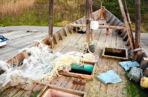 A fishing net remains on the deck of a wooden boat kept at Kaiso fishing port in Wajima, Ishikawa Prefecture, on Dec. 2. (Yoshinobu Itakura)◇甲板に残されていた漁網=石川県輪島市門前町鹿磯の鹿磯漁港