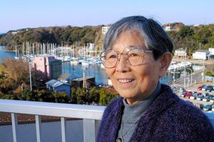 ヨットハーバーを背景に語る中村多恵子さん=神奈川県三浦市で、松沢竜一撮影