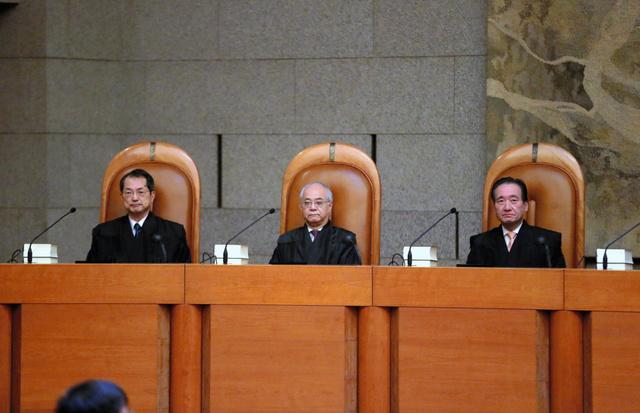 最高裁大法廷で再婚禁止期間訴訟の判決に臨む判事たち。左から大谷直人、山崎敏充、木内道祥の各氏
