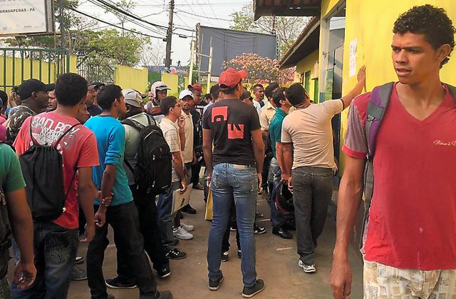 職業紹介所は早朝から失業者らで混み合っていた=ブラジル北東部パラウアペバス、五十嵐大介撮影