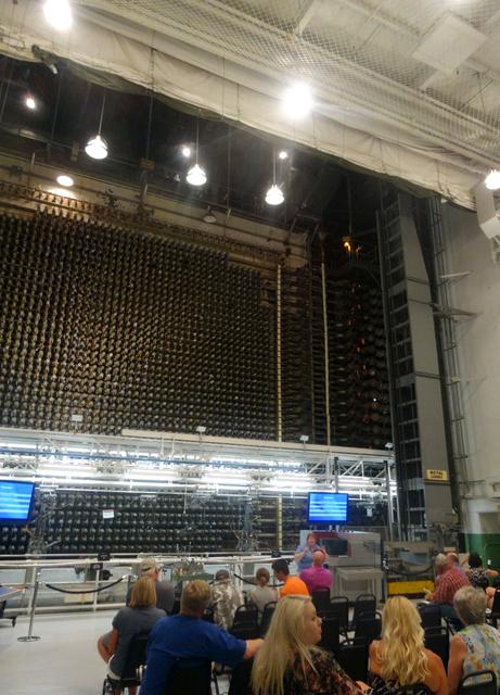 「B原子炉」内で説明を聞く見学者たち=米ワシントン州ハンフォード、田井中雅人撮影
