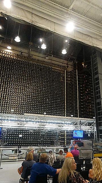 「B原子炉」内で説明を聞く見学者たち=米ワシントン州ハンフォード