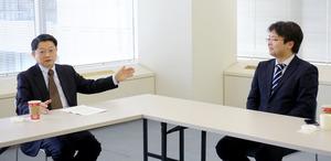大阪の未来について語り合う片山善博・慶応大教授(左)と砂原庸介・大阪大准教授=東京都中央区、西田裕樹撮影