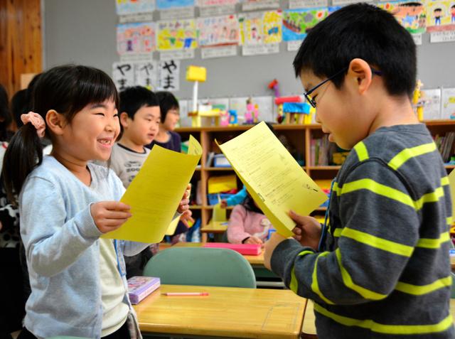 冬休みの目標を発表しあう児童たち=仙台市立木町通小学校