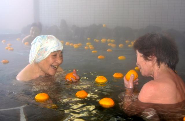 香りを楽しみながら、ゆず湯につかる利用客=秋田市仁別