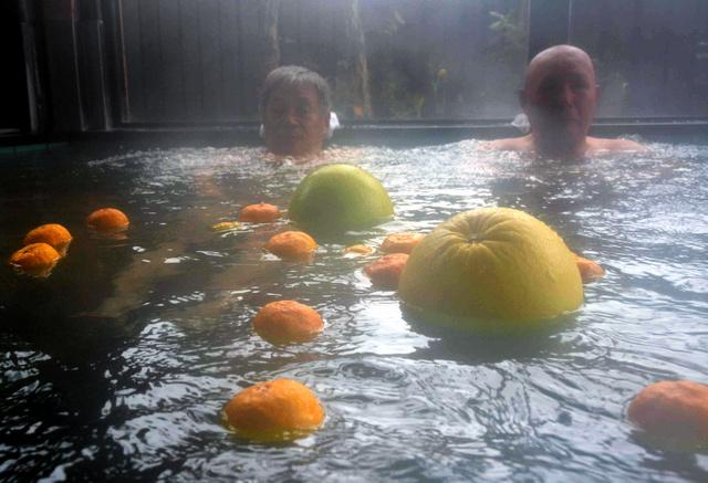 湯船に浮かべられたゆずや晩白柚=佐賀市富士町