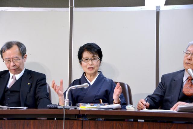判決後の記者会見で、上告の意向を示す上原元市長(中央)=千代田区
