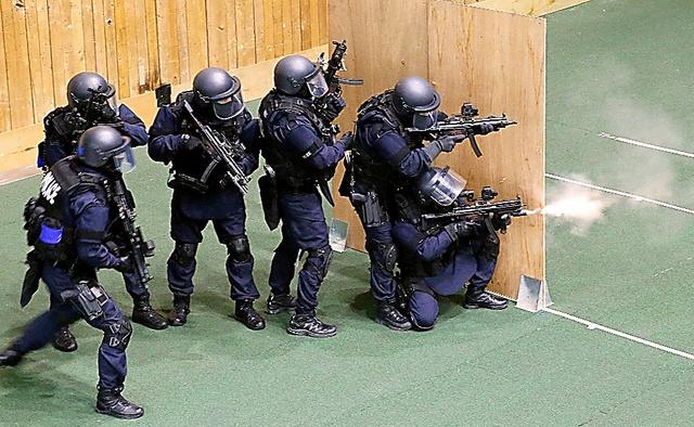 報道関係者に公開された、警察の特殊急襲部隊の訓練=22日午後、都内の訓練施設、岩下毅撮影