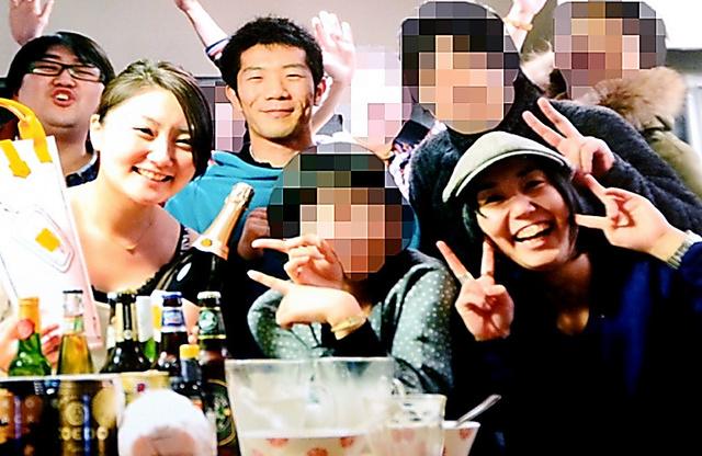 亡くなった石川友梨さん(前列左)、松本玲さん(前列右)、上田達さん(後列左)、小林洋平さん(後列中央)=2012年3月、東京のシェアハウスで開かれたパーティーで(画像の一部を修整しています)