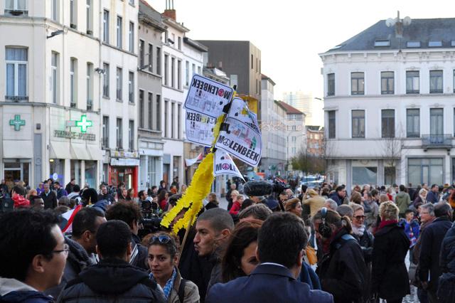 イスラム教徒が多く住むブリュッセル西部モランベークでは11月、パリ同時多発テロの犠牲者を追悼する集会が開かれた。参加者は「イスラム教徒はテロリストではない」と訴えた=吉田美智子撮影