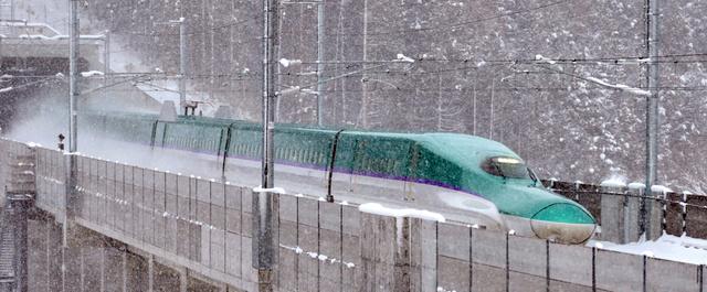 雪の中を走る北海道新幹線