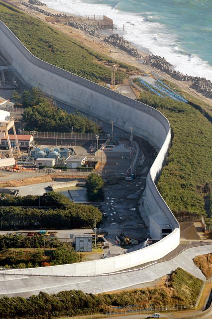 まもなく完成する中部電力浜岡原発の防波壁=25日午後、静岡県御前崎市、朝日新聞社機から、遠藤啓生撮影