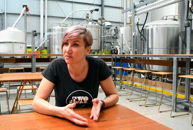 「ワインならいいのに、女性がビールを飲むことに否定的な風潮がある。それを変えたい」と話すジェイン・ルイスさん=メルボルン、郷富佐子撮影