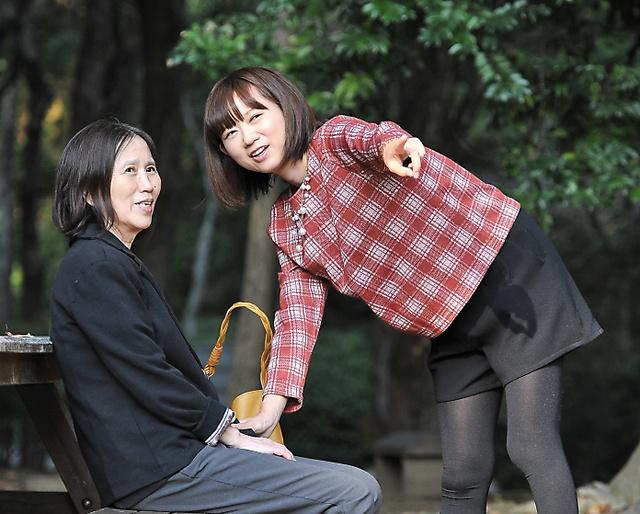 公園を訪れた母・桂子さん(左)と岩佐まりさん=神奈川県、仙波理撮影