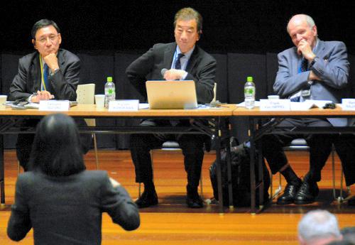 原子力の平和利用のリスクについて議論するパグウォッシュ会議の参加者=11月3日、長崎市、真野啓太撮影