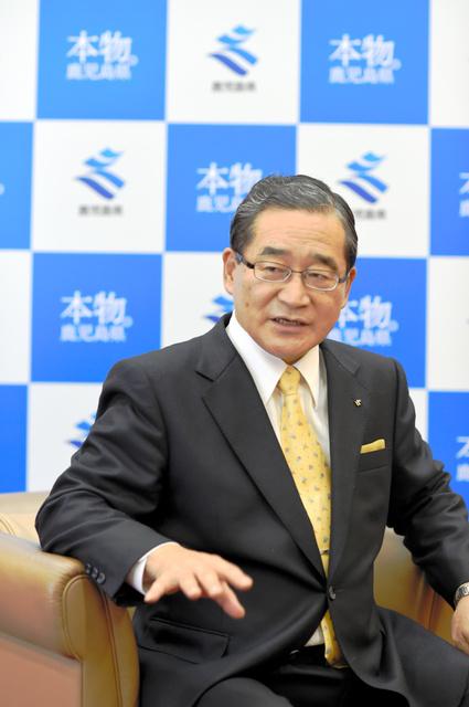 インタビューに応じる伊藤祐一郎知事=県庁の知事室
