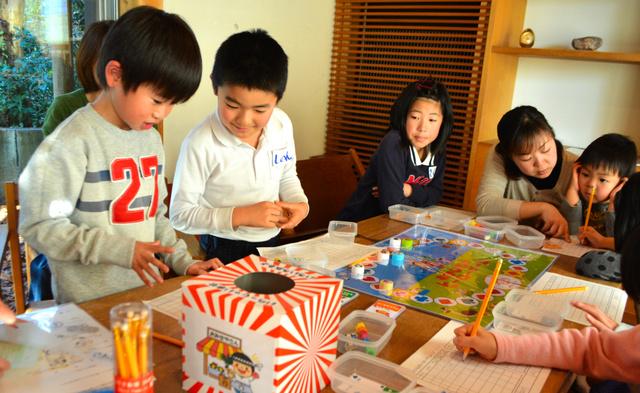 ボードゲームで買い物を体験する子どもたち=焼津市の駿河工房焼津ギャラリー