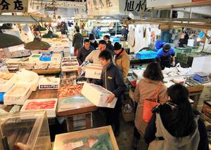 買い出し客で混雑する築地市場の場内=28日午前7時23分、東京都中央区、西畑志朗撮影